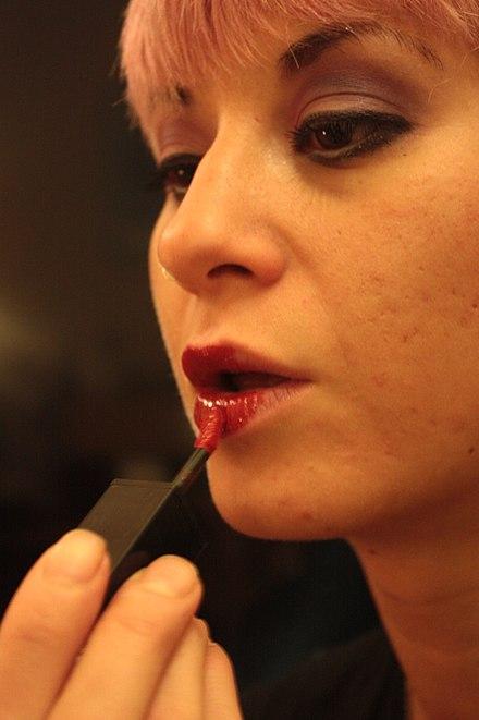 440px-Applying_red_lipstick_-_model_Eve_Casini
